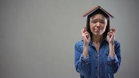 与但愿的和书在她的头,学生仪式的年轻女人身分 影视素材