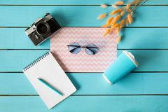 与位于在小配件附近的眼镜的文具 免版税图库摄影