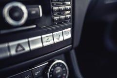 与位子透气和加热系统的汽车仪表板 电车现代细节  免版税库存图片