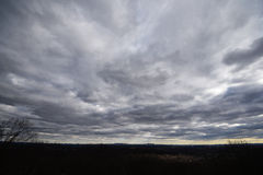 与低云的黎明 NYC地平线,宽看法 库存照片
