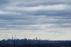 与低云的黎明 NYC地平线 免版税图库摄影