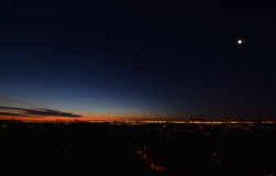 与低云的黎明 Presunrise月亮 城市新的地平线约克 库存图片