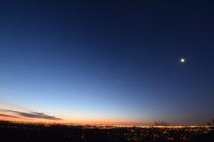与低云的黎明 Presunrise月亮 免版税图库摄影