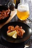 与低度黄啤酒玻璃的油煎的虾 库存图片