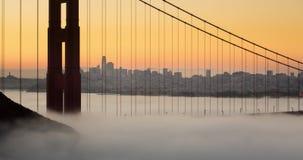 与低雾的金门桥壮观的日出 股票录像