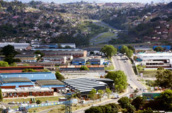 与住宅住房的工厂厂房在背景中 免版税图库摄影