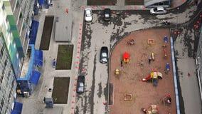 与住宅复合体的操场围场的停车场 股票视频