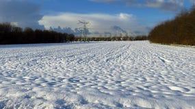 与住宅议院的冬天风景在背景中 库存图片
