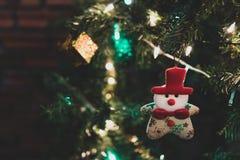 与佐田、中看不中用的物品和美国兵的美丽的家庭装饰的圣诞树 库存照片