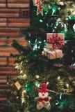 与佐田、中看不中用的物品和美国兵的美丽的家庭装饰的圣诞树 免版税库存图片