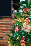 与佐田、中看不中用的物品和美国兵的美丽的家庭装饰的圣诞树 图库摄影
