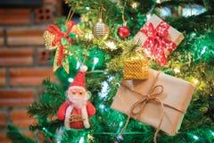 与佐田、中看不中用的物品和美国兵的美丽的家庭装饰的圣诞树 库存图片