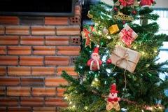 与佐田、中看不中用的物品和美国兵的美丽的家庭装饰的圣诞树 免版税库存照片