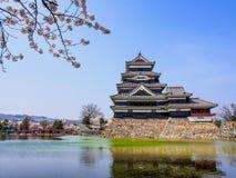 与佐仓开花,马塔莫罗斯,日本3的马塔莫罗斯城堡 库存照片