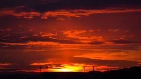 与体育场剪影的美好的橙色日出在太阳下 免版税库存图片
