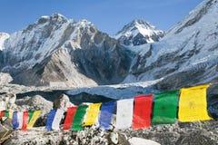 与佛教祷告旗子的珠峰营地 图库摄影