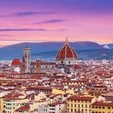 与佛罗伦萨中央寺院Panor的美好的佛罗伦萨日落城市地平线 免版税库存照片
