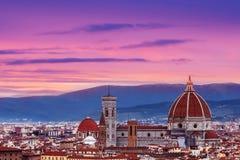 与佛罗伦萨中央寺院Panor的美好的佛罗伦萨日落城市地平线 库存图片