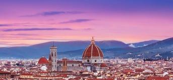 与佛罗伦萨中央寺院Panor的美好的佛罗伦萨日落城市地平线 库存照片