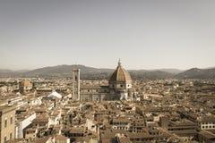 与佛罗伦萨大教堂在一个晴天,托斯卡纳,意大利的佛罗伦丁的都市风景 年迈的照片作用 免版税库存图片