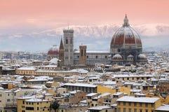 与佛罗伦萨雪的美好的都市风景在冬天季节期间的 cathedral del fiore玛丽亚・圣诞老人 库存照片