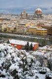 与佛罗伦萨雪的美好的都市风景在冬天季节期间的 cathedral del fiore玛丽亚・圣诞老人 库存图片
