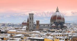 与佛罗伦萨雪的美好的都市风景在冬天季节期间的 cathedral del fiore玛丽亚・圣诞老人 免版税库存照片