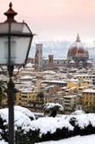 与佛罗伦萨雪的美好的都市风景在冬天季节期间的 cathedral del fiore玛丽亚・圣诞老人 免版税图库摄影