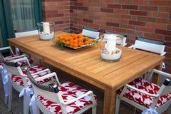 与佛罗里达桔子盘子的室外早餐桌  图库摄影