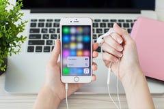 与作用3D接触和苹果计算机音乐的IPhone6S罗斯金子 免版税库存图片