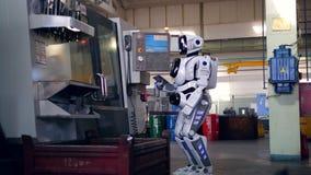 与使用片剂的靠机械装置维持生命的人的工厂设施 影视素材