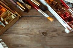 与使用的画笔和水彩油漆的背景在老木板 安置文本 顶视图 免版税库存图片
