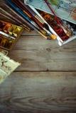 与使用的画笔和水彩油漆的背景在老木板 安置文本 免版税库存照片