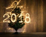 与使用闪闪发光被创造的2018的抽象符号圣诞树 库存照片