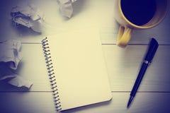 与供应和咖啡杯的办公桌桌 顶视图 复制文本的空间 库存照片