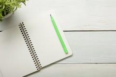 与供应和crumled纸的办公桌桌 顶视图 复制文本的空间 免版税图库摄影