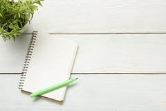 与供应和crumled纸的办公桌桌 顶视图 复制文本的空间 库存图片