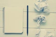 与供应和crumled纸的办公桌桌 顶视图 复制文本的空间 免版税库存照片