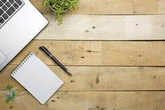 与供应的办公桌桌 顶视图 复制文本的空间 免版税库存照片