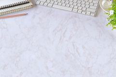 与便携式计算机、供应和咖啡杯的办公室白色书桌桌 顶视图工作区和拷贝空间 库存照片