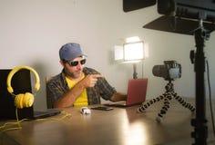 与便携式计算机录音录影博克的年轻有吸引力的技术怪杰人网络在网上运作互联网社会的媒介的 免版税库存图片