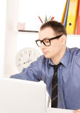 与便携式计算机的商人在办公室 免版税库存图片