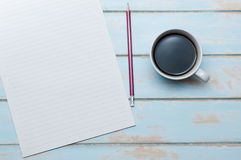 与便条的在木地板上的咖啡和铅笔 免版税库存图片