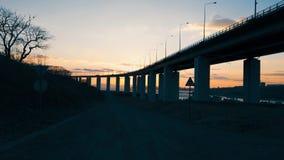 与俄国桥梁的剪影的风景在日落的 股票录像