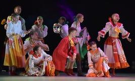 与俄国民间服装的舞蹈展示 免版税库存照片