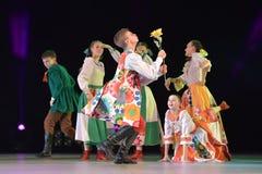 与俄国民间服装的舞蹈展示 免版税图库摄影