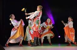 与俄国民间服装的舞蹈展示 库存图片
