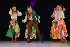 与俄国民间服装的舞蹈展示 库存照片