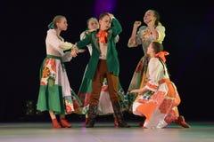 与俄国民间服装的舞蹈展示 图库摄影