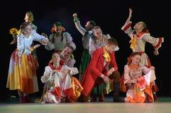 与俄国民间服装的舞蹈展示 免版税库存图片